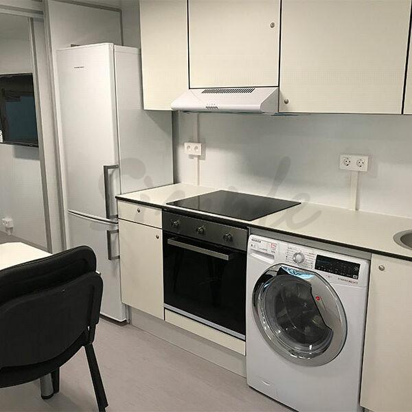 vaskemaskine og stort køleskab i beboelsesvogn