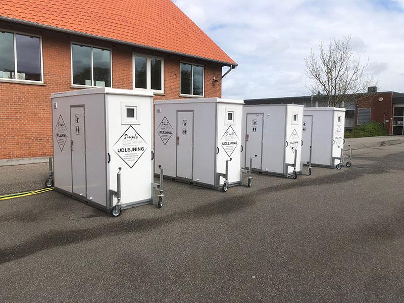 Mini mobile badeværelser udlejet til skole
