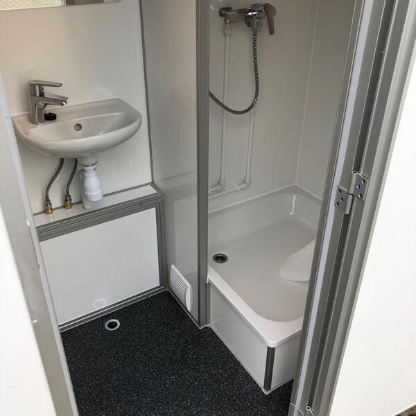 Mobilt badeværelse med toilet og bad